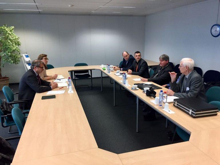 #Grenzgänger - Treffen zwischen Hans Haendler, Jürgen Groels und Roger Hemelsoet von der Interessengemeinschaft deutscher und belgischer Grenzgänger (IGDBG) sowie Mitarbeitern von EU-Kommissarin Marianne Thyssen und der Generaldirektion Beschäftigung in Brüssel. Je nach Entwicklung ihrer beruflichen Laufbahn stellen Grenzgänger bei Eintritt ins Rentenalter oftmals fest, dass ihnen Krankenversicherungen sowie Zusatzversicherungen und die damit verbundenen Dienstleistungen nur noch im Wohnland gewährt werden.