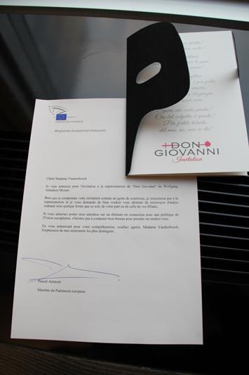 Return to sender: Electrabel schickte uns zwei Eintrittskarten für die Oper Don Giovanni von Wolfgang Amadeus Mozart zu. Auch hier ging die Sendung zurück zum Versender, mit der Bitte, uns in Zukunft nicht mit Geschenken, sondern mit Argumenten überzeugen zu wollen.