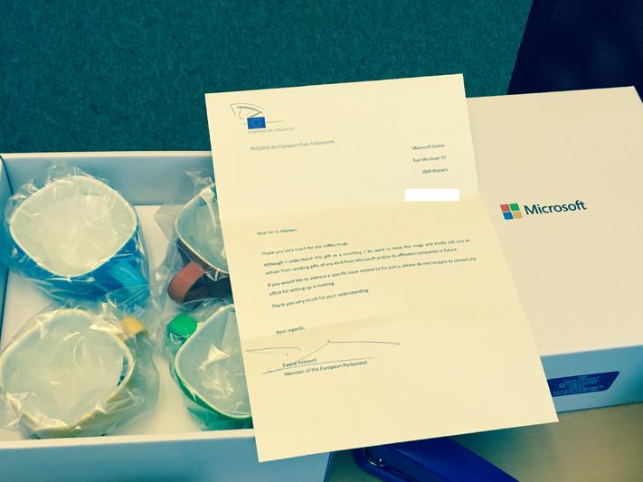 Return to sender: Microsoft hat unserem Büro zu Beginn der Legislaturperiode vier Tassen als Willkommenspräsent zukommen lassen. Wir haben die Tassen an Microsoft zurückgeschickt - und darum gebeten, in Zukunft mit immateriellen Argumenten an uns heranzutreten.