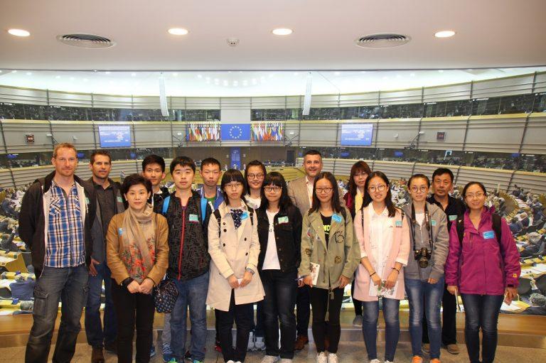 Seltener Besuch aus #China und St. Vith im Europäischen Parlament in Brüssel! Hintergrund ist das Chinesisch-Austauschprogramm der Schulgemeinschaft BS und TI St. Vith, durch das neun Schüler und drei Lehrer von einer chinesischen Partnerschule in Cangzhou für zehn Tage nach Ostbelgien kommen.