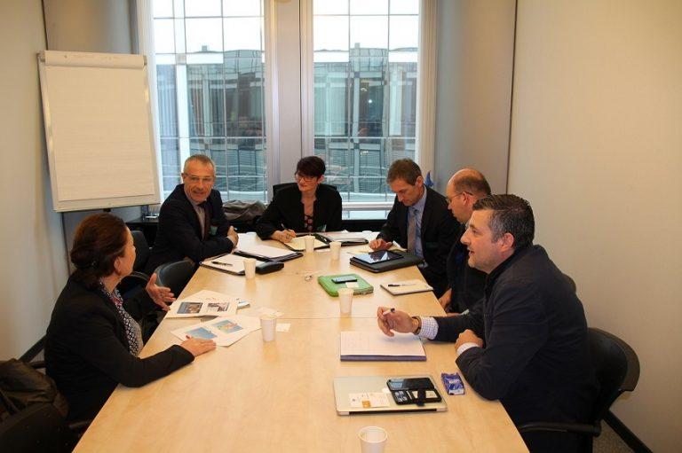 """#EuropaimBetrieb - Arbeitstreffen zwischen der THG Group aus Ostbelgien und der KMU-Agentur der EU-Kommission. Zielsetzung war ein Informations- und Gedankenaustausch über europäische Fördermittel für KMU. Eine Kommissionsvertreterin verdeutlichte hierbei, welche neuen Finanzinstrumente den KMU zur Verfügung stehen und wie diese abgerufen werden können. Je nach Projektentwicklungsphase kann eine KMU zwischen 50.000 und 2,5 Mio € erhalten. Das Programm heißt """"SME Instrument"""" (http://bit.ly/1BFSPjd)."""