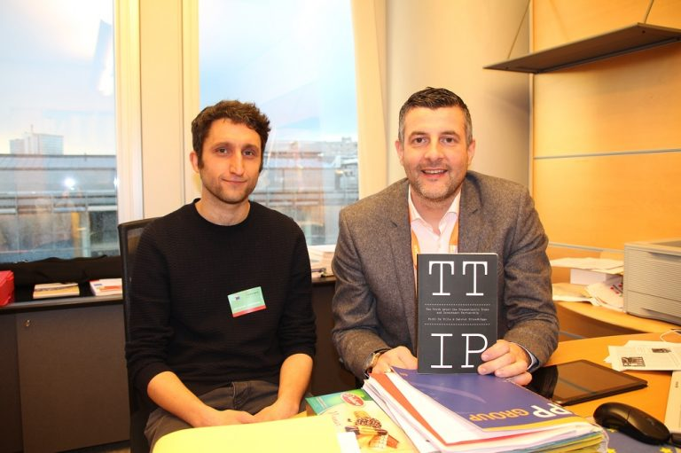 -No2TTIP - Auf meine Einladung hin besuchte mich Ferdi De Ville - Professor an der Universität Gent und Experte für EU-Handelspolitik - der neulich ein hoch interessantes und sehr verständlich geschriebenes Buch über TTIP veröffentlicht hat. Dabei handelt es sich um die so ziemlich erste wissenschaftliche Abhandlung, die jenseits der Schlagzeilen, die grundlegenden politischen Motive und Folgen des Abkommens kritisch und sachlich in den Blick nimmt. Gegenstand unseres Gesprächs war auch CETA, wozu er in Bälde eine Studie fertigstellen wird, die deutlich macht, dass die diesbezüglichen Vorgaben des Europäischen Parlaments nicht eingehalten werden. Um eine informierte Entscheidung treffen zu können, ist der rege Austausch mit Spezialisten sehr wichtig.