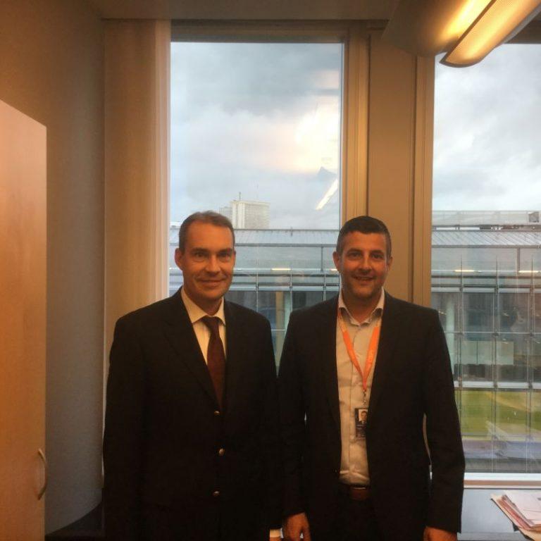 Treffen mit Interessensvertreter von Nokia in Brüssel: Nokia ist einer der Weltmarktführer als Anbieter mobiler Breitband-Technik. Wir haben uns über die legislativen Vorhaben zum digitalen Binnenmarkt für Europa unterhalten. Konkrete Maßnahmen sollen demnächst im Parlament vorgestellt werden. Was die technologische Entwicklung angeht, darf Europa nicht den Zug verpassen. Investitionen in #ForschungundEntwicklung bleiben wichtig!