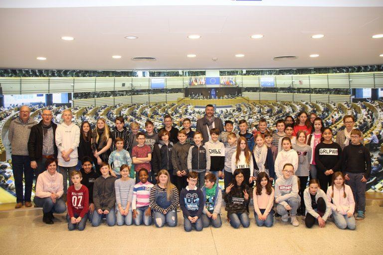 Schüler der 5. und 6. Klasse der Gemeindeschule Kelmis im Europäischen Parlament in Brüssel