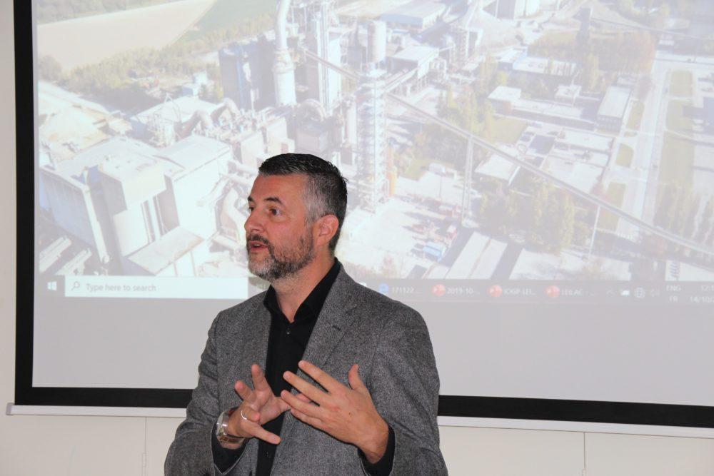 Pascal Arimont nutzte den Besuch in Lixhe, um konkrete Fragen zu Risiken und Kosten der CCS-Verfahren an Projekt-Verantwortliche zu richten.