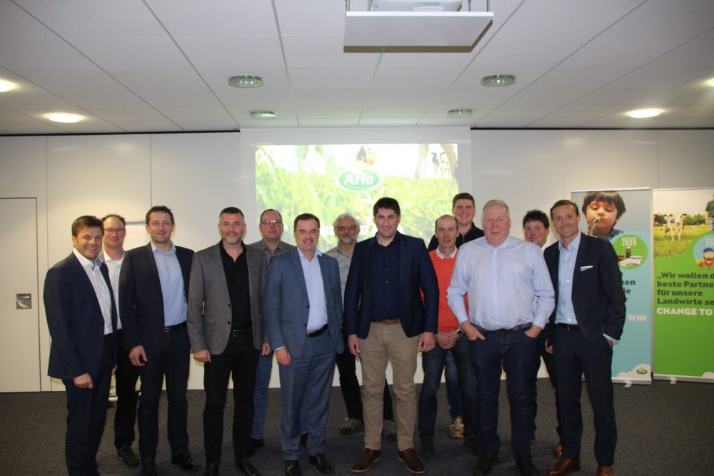 Die EU-Parlamentarier Christophe Hansen (3.v.l.), Pascal Arimont (4.v.l.) und Benoît Lutgen (6.v.l.) mit Vertretern der Molkereigenossenschaft Arla Foods aus drei Ländern.