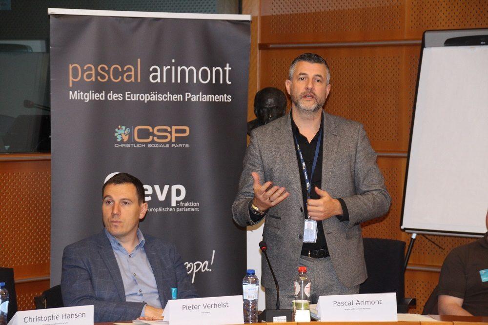 Gastgeber Pascal Arimont leitet die Debatte ein.