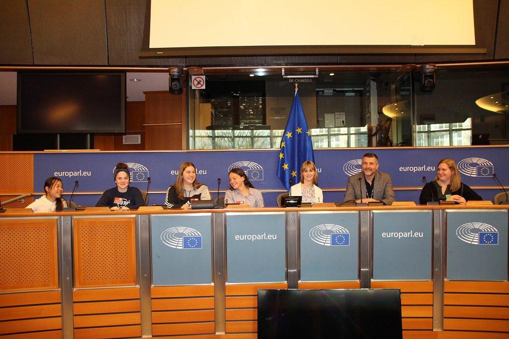 Die ostbelgische Delegation der Sternsinger nimmt einen Ausschusssaal des Europäischen Parlaments unter die Lupe.