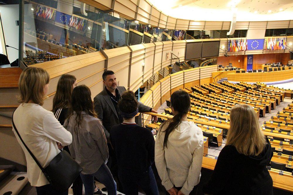 Im Plenarsaal: Pascal Arimont erklärt den Sternsingern aus Iveldingen-Montenau die Funktionsweise des EU-Parlaments.