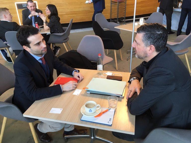 Austausch mit Francesco Versace von Vodafone zu der Regulierung von Online-Plattformen.